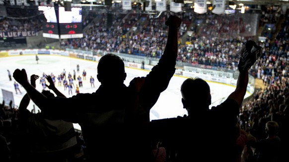 Die Fans des EHC Klotens feiern den 4-3 Sieg in der ersten Verlaengerung im fuenften Eishockey Spiel der Ligaqualifikation der National League zwischen dem EHC Kloten und dem SC Rapperswil-Jona Lakers am Samstag, 21. April 2018, in Kloten. (KEYSTONE/Patrick B. Kraemer)