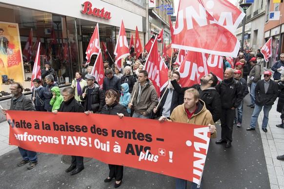 Des personnes s'arretent devant une boutique de chaussure Bata lors de la manifestation du 1er Mai, la fete du travail, ce mercredi 1 mai 2016 dans les rues de Lausanne. Environ 300 manifestants ont defiles dans les rues de Lausanne. (KEYSTONE/Laurent Gillieron)