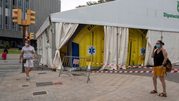 epa08542409 An emergency hospital is set up in Lleida, Catalonia, Spain, 12 July 2020. The Catalonian regional government decided that Lleida and seven more villages of the region of Segria will be on partial lockdown ordered to flatten the curve of the ongoing coronavirus pandemic. Catalonia has declared 816 new cases this Sunday.  EPA/Ramon Gabriel