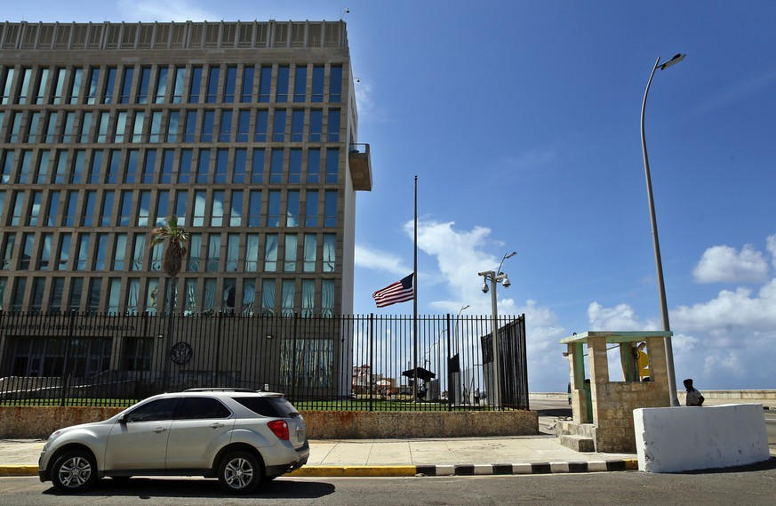 epa06242948 View of the US embassy in Havana, Cuba, 03 October 2017. Cuban Foreign Minister Bruno Rodriguez informed that Cuba considers 'unacceptable', 'unfounded' and of 'eminently political character' the US decision to expel 15 Cuban diplomats from Washington in response to a reported string of sonic attacks that affected 22 US diplomats in Havana.  EPA/Alejandro Ernesto