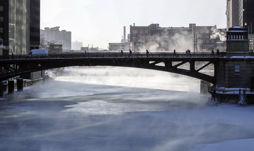 epa07334164 Mist rises from Chicago River in Chicago, Illinois USA, 31 January 2019. Media reports state that more than 200 million people are facing freezing temperatures as Polar vortex has gripped the US Midwest in coldspell.  EPA/KAMIL KRZACZYNSKI