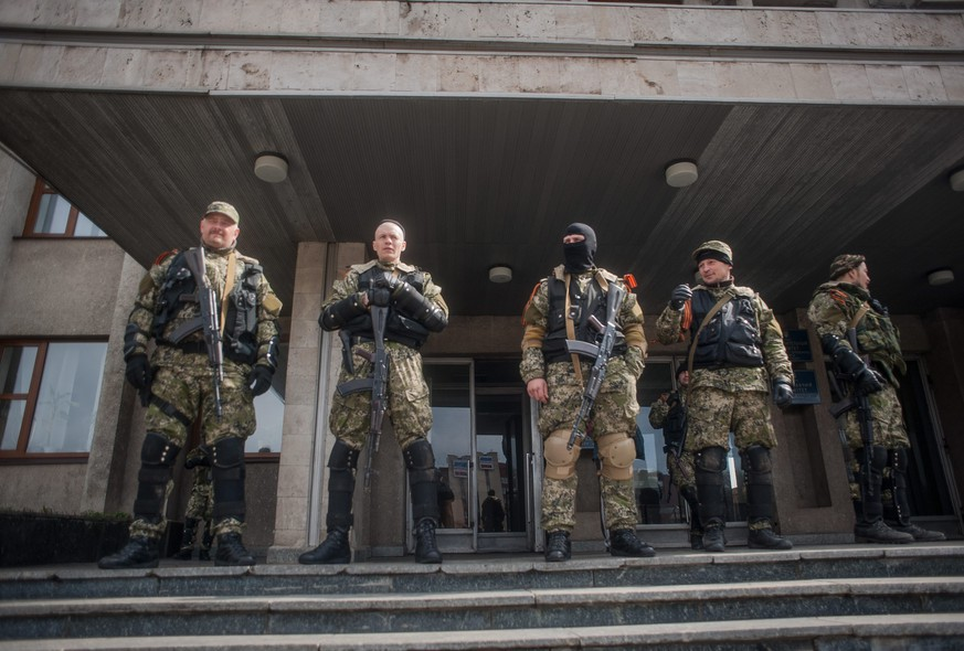 epaselect epa04167083 Armed men stands in front of the occupied police station in Slaviansk, Ukraine, 14 April 2014. The pro-Russian activists occupying state institutions in eastern Ukraine said 14 April that they will not heed an ultimatum by the government in Kiev. Ukraine's acting President Oleksandr Turchynov on 13 April warned that a military operation would be launched against them if the separatists did not lay down their arms by 0700 GMT. The situation escalated over the weekend when armed men in camouflage uniforms seized numerous police stations and administrative buildings in Ukraine's eastern Russian-speaking provinces.  EPA/ROMAN PILIPEY