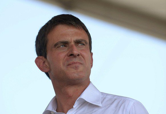 epa04388341 French Prime Minister Manuel Valls pays a visit to 'Les Terres de Jim', a farming event, in Saint Jean d'Illac, France, 06 September 2014. Some 300,000 visitors are expected to the agricultural exhibition organized by young farmers, involving 2,500 volunteers. The event runs until 07 September.  EPA/CAROLINE BLUMBERG