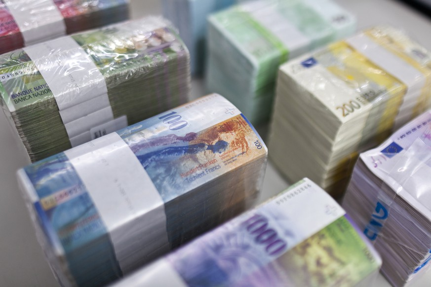 THEMENBILD ZUR WEKO UNTERSUCHUNG ABSPRACHEN IM DEVISENHANDEL --- Bundles of bank notes of Swiss Francs and Euros at the bank vault of the