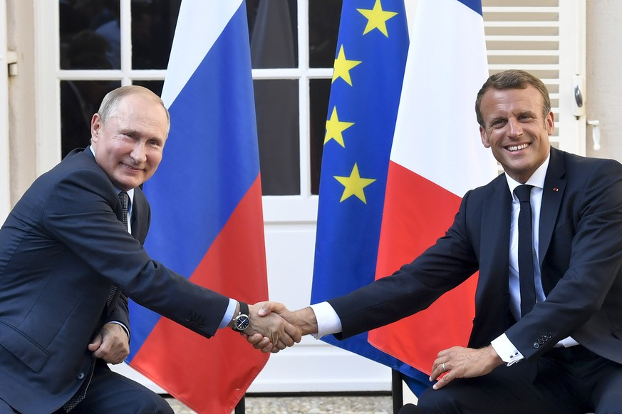 epa07780992 French President Emmanuel Macron (R) shakes hands with Russia's President Vladimir Putin at the end of their meeting, at his summer retreat of the Bregancon fortress on the Mediterranean coast, near the village of Bormes-les-Mimosas, in France, 19 August 2019. French President has invited his Russian counterpart Vladimir Putin for talks days before hosting the Group of Seven (G7) summit in French Bayonn (Biarritz) from 24 to 26 August 2019.  EPA/GERARD JULIEN / POOL  MAXPPP OUT