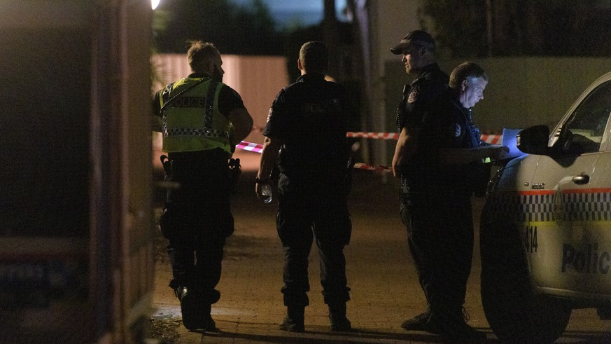 epa07624823 Police cordon off a block of units where a person was shot by a gunman in the suburb of The Gardens in Darwin, Northern Territory, Australia, 04 June 2019. According to media reports quoting the police, up to five people were killed after a shooting at a Darwin city hotel on 04 June night. A suspected gunman has been arrested, media added.  EPA/MICHAEL FRANCHI  AUSTRALIA AND NEW ZEALAND OUT