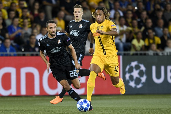 YB's Kevin Mbabu, right, shoots to score 1-0, with Zagreb's Marin Leovac, left, during the UEFA Champions League playoff match between Switzerland's BSC Young Boys and Croatia's GNK Dinamo Zagreb, in the Stade de Suisse Stadium in Bern, Switzerland, on Wednesday, August 22, 2018. (KEYSTONE/Anthony Anex)