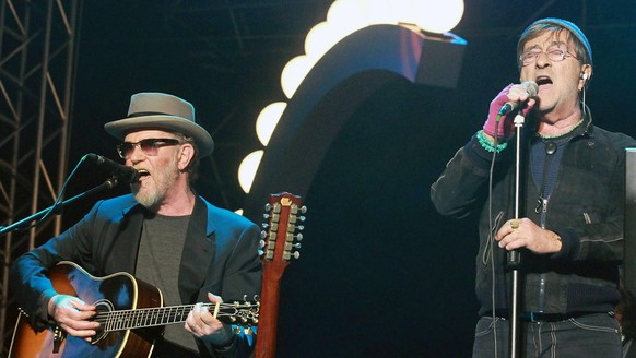 epa02713391 Italian singers Francesco De Gregori (L) and Lucio Dalla (R) perform on stage during the traditional May Day concert in Rome, Italy, 01 May 2011. According to the organizers some 500,000 people participated in the event.  EPA/FABIO CAMPANA