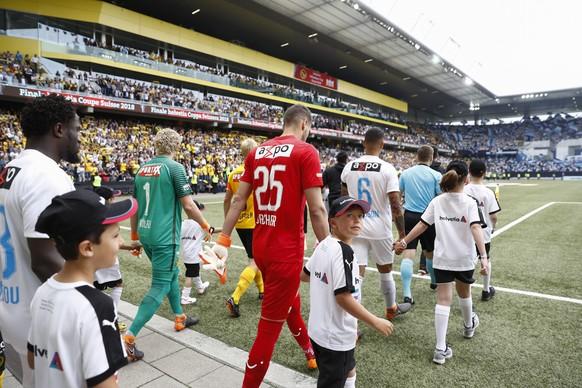 Die Teams von Bern und Zuerich kommen aufs Spielfeld vor dem Schweizer Fussball Cupfinalspiel zwischen den Berner Young Boys und dem FC Zuerich, am Sonntag 27. Mai 2018, im Stade de Suisse in Bern. (KEYSTONE/Peter Klaunzer)