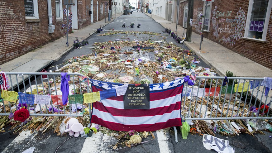 epa06159869 Flowers, candles and other items are placed in memory of Heather Heyer and for those affected by the violence at the site where a vehicle smashed into counter-protesters in Charlottesville, Virginia, USA, 24 August 2017. The city draped black canvas over statues of two Confederate generals, 23 August, at Emancipation Park and Justice Park following the violence that occurred at the 12 August white nationalist rally in Charlottesville. A vehicle, who police say was driven by James Alex Fields Jr., smashed into a crowd of counter-protesters 12 August, resulting in the death of 32-year-old Heather Heyer and the injury of more than two dozen others. The city council has voted to remove the Lee statue but a lawsuit has put that action on hold.  EPA/MICHAEL REYNOLDS