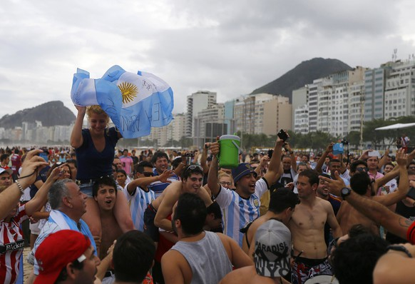 Argentinian fans show their support for their team on Copacabana beach before Sunday's World Cup final match between Argentina and Germany in Rio de Janeiro July 11, 2014.  REUTERS/Ricardo Moraes (BRAZIL  - Tags: SPORT SOCCER WORLD CUP)