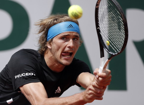 epa07622447 Alexander Zverev of Germany plays Fabio Fognini of Italy during their men's round of 16 match during the French Open tennis tournament at Roland Garros in Paris, France, 03 June 2019.  EPA/YOAN VALAT