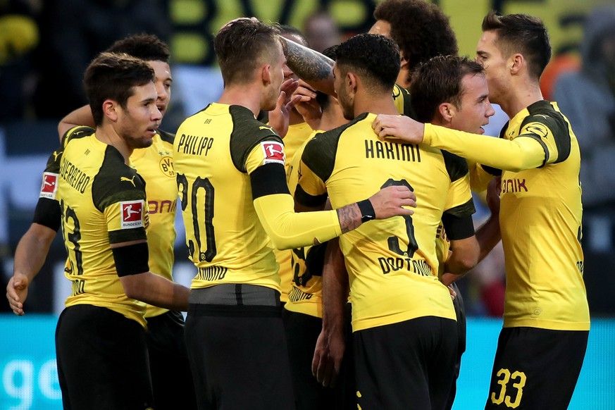 epa07355978 Dortmund's Raphael Guerreiro (L) celebrates with his teammates after scoring the 3-0 lead during the German Bundesliga soccer match between Borussia Dortmund and TSG 1899 Hoffenheim in Dortmund, Germany, 09 February 2019.  EPA/FRIEDEMANN VOGEL CONDITIONS - ATTENTION: The DFL regulations prohibit any use of photographs as image sequences and/or quasi-video.