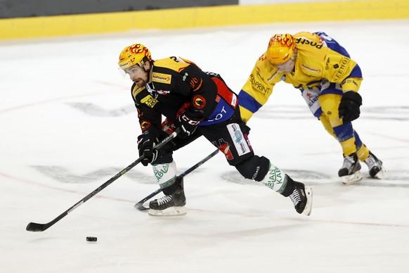 Berns Topscorer Mark Arcobello, links, und Davos Topscorer Perttu Lindgren, im Eishockey Meisterschaftsspiel der National League A zwischen dem SC Bern und dem HC Davos, am Freitag, 21. Oktober 2016, in der Postfinance Arena in Bern. (PPR/Peter Klaunzer)