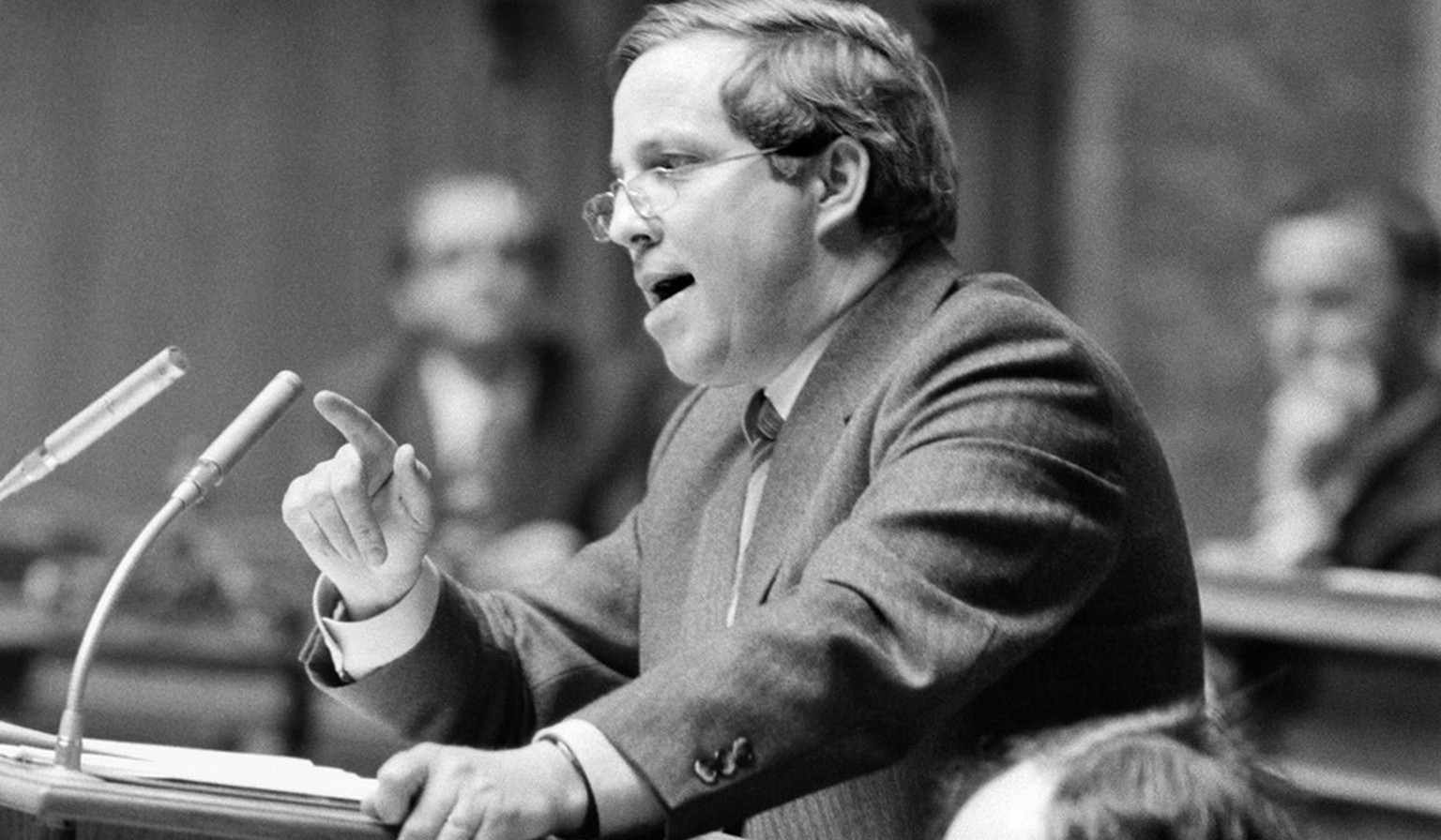 SVP-Nationalrat Christoph Blocher spricht am Rednerpult im Nationalratssaal, Bern, waehrend der Fruehlingssession 1984. (KEYSTONE/Str)
