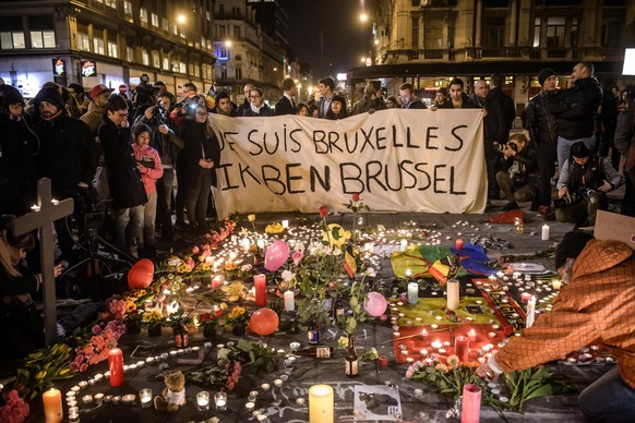 epaselect epa05226256 People gather at Bourse square to pay tribute to the victims of the terror attacks that occured earlier in the day, in Brussels, Belgium, 22 March 2016. Security services are on high alert following two explosions in the departure hall of Zaventem Airport and later one at Maelbeek Metro station in Brussels. Many people have died and more have been injured in the terror attacks, which Islamic State (IS) has since claimed responsibility for.  EPA/CHRISTOPHE PETIT TESSON  EPA/CHRISTOPHE PETIT TESSON