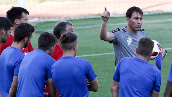 epa06935920 Luzern's head coach Rene Weiler (C) attends a training session at Nea Smyrni Stadium in Piraeus, Greece, 08 August 2018. Luzern will face Olympiacos in the UEFA Europa League third qualifying round, first leg, soccer match on 09 August 2018.  EPA/Georgia Panagopoulou