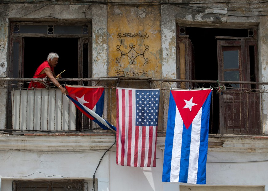 epa05223014 A house displays the flags of the United States and Cuba, in Havana, Cuba, 20 March 2016, as the island is preparing for the visit of US President Barack Obama. US President Barack Obama, will arrrive for an official visit to Cuba from 20 to 22 March 2016, the first US president to visit since Calvin Coolidge 88 years ago, following the restoration of the normalization of diplomatic relations.  EPA/ORLANDO BARRIA