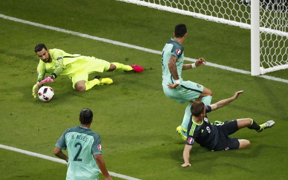 Football Soccer - Portugual v Wales - EURO 2016 - Semi final - Stade De Lyon - Lyon, France - 6/7/16  Portugal's goalkeeper Rui Patricio makes a save  REUTERS/Christian Hartmann