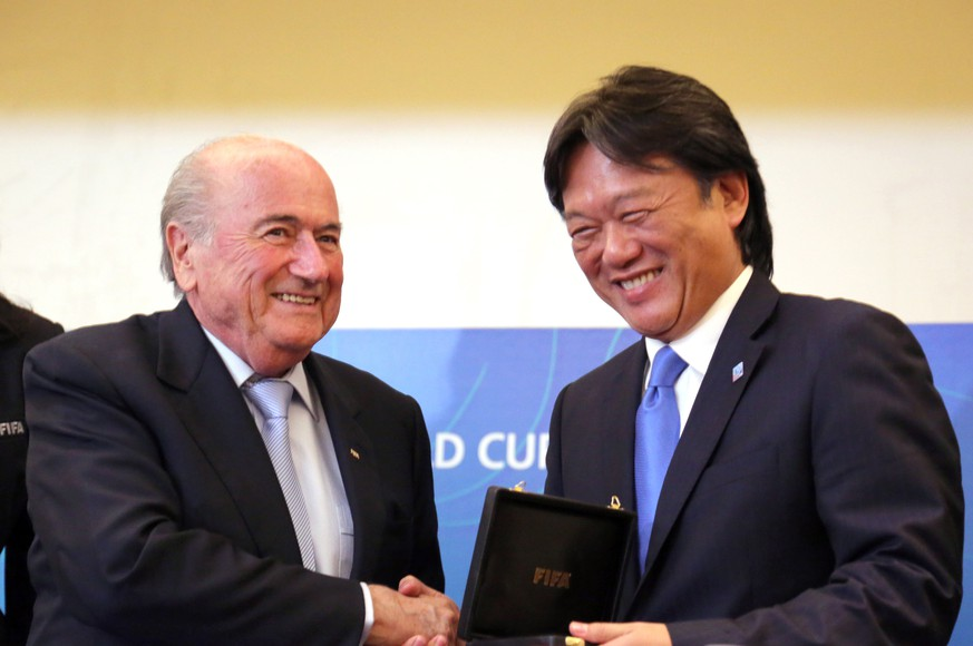 *** ARCHIVBILD *** SAN JOSE, April 3, 2014  FIFA President Joseph Blatter (L) delivers a recognition to the President of Costa Rica's Football Federation, Eduardo Li (R), during a press conference of the FIFA U-17 Women's World Cup Costa Rica 2014, in San Jose, Costa Rica, on April 3, 2014. Joseph Blatter is in Costa Rica to participate in the closure activities of the FIFA U-17 Women's World Cup Costa Rica 2014. (da) (Credit Image: Kent Gilbert/Xinhua/ZUMAPRESS.com) (EQ Images) SWITZERLAND ONLY