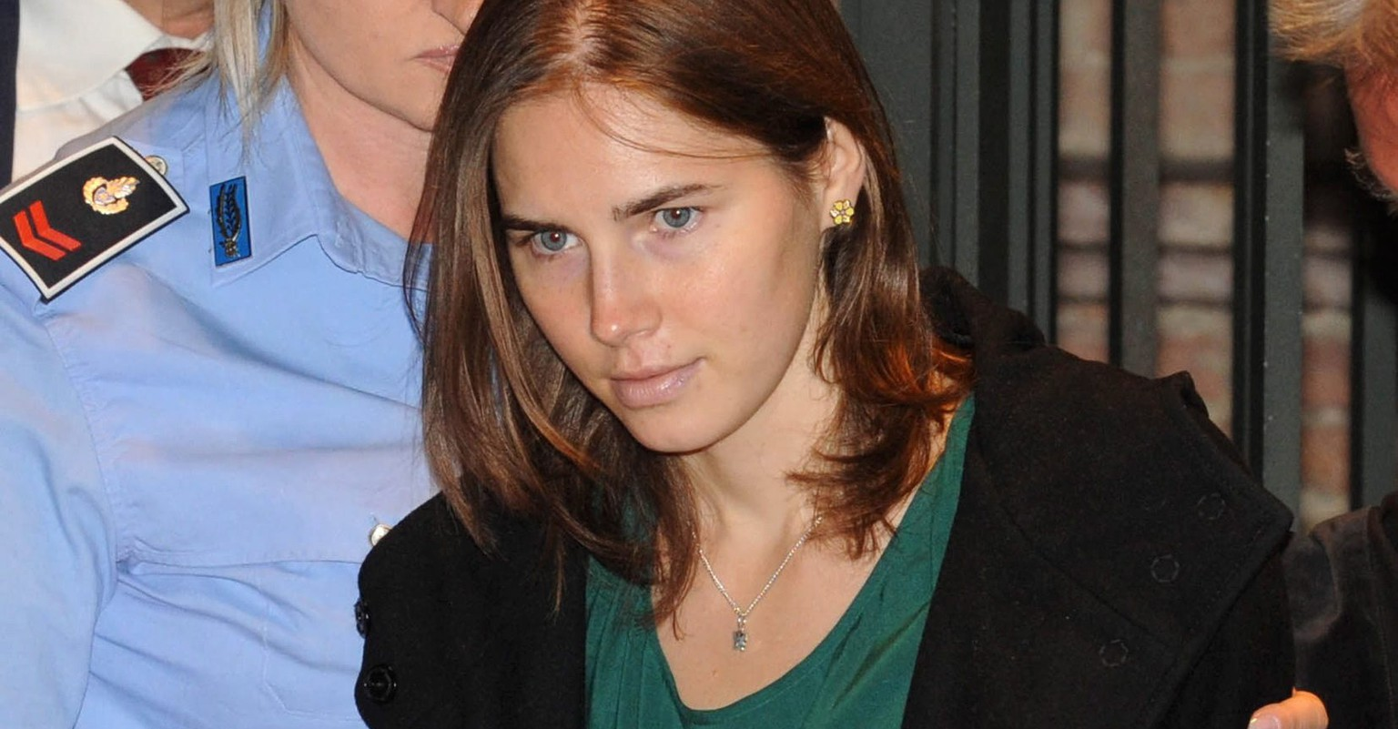 epa04048788 (FILE) A file photo dated 03 October 1011 shows US citizen Amanda Knox arriving at her appeal trial for the murder of Meredith Kercher, in the court in Perugia, Italy.  An Italian court in Florence on 30 January 2014 convicts US student Amanda Knox of the 2007 murder of Briton Meredith Kercher, overturning an appeal made in 2011. She receives a 28-year prison sentence. Her former boyfrioend, Italian Raffaele Sollecito, receives a 25-year prison sentence.  EPA/PIETRO CROCCHIONI *** Local Caption *** 50768616