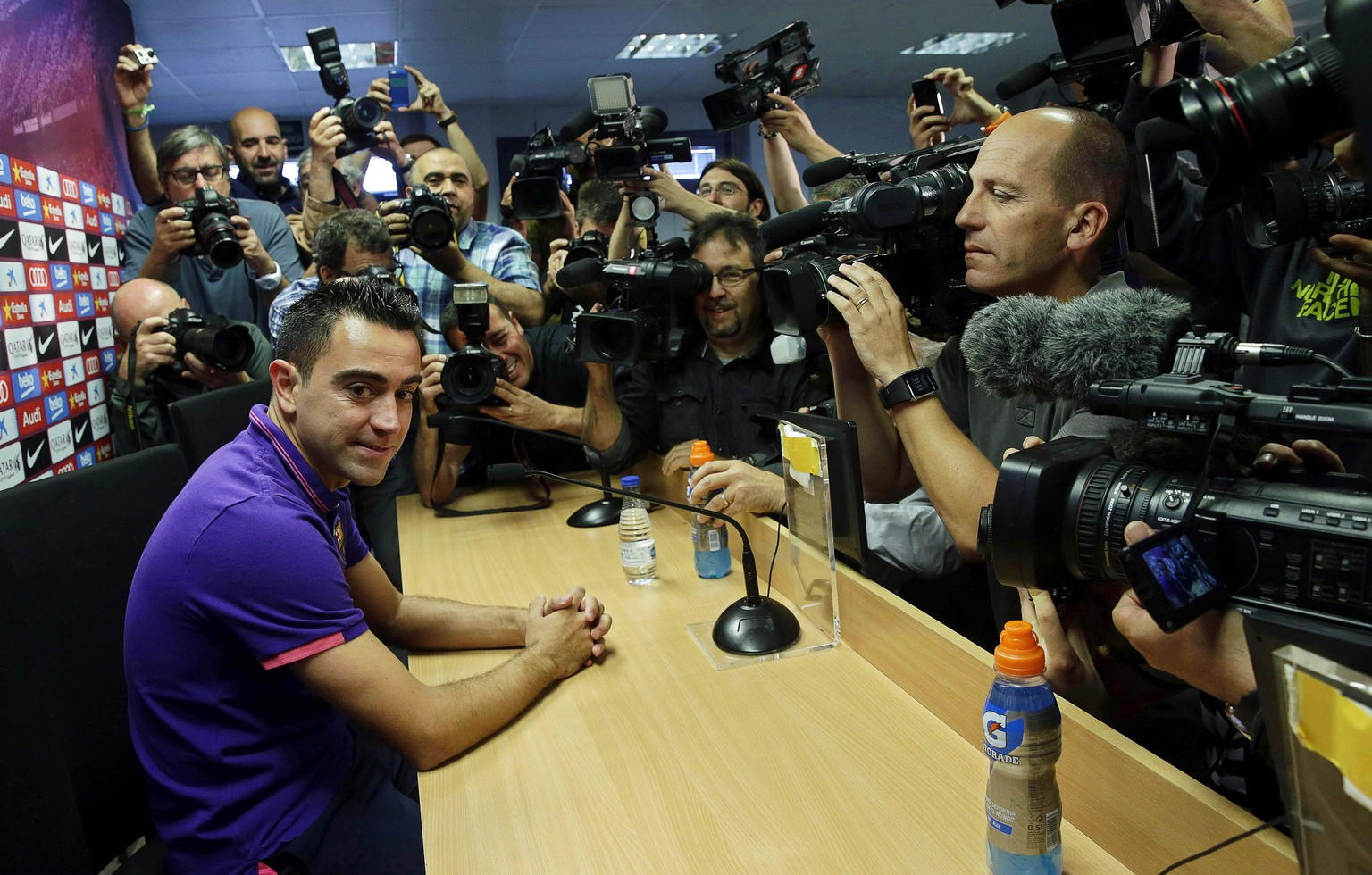 epa04760121 FC Barcelona's captain Xavi Hernandez (L) attends a press conference to announces his departure from Spanish champions FC Barcelona at the end of the season in Barcelona, northeastern Spain, 21 May 2015. Xavi will join Qatar's Al-Sadd Sports Club after playing 17 seasons for Barca.  EPA/ALBERTO ESTEVEZ
