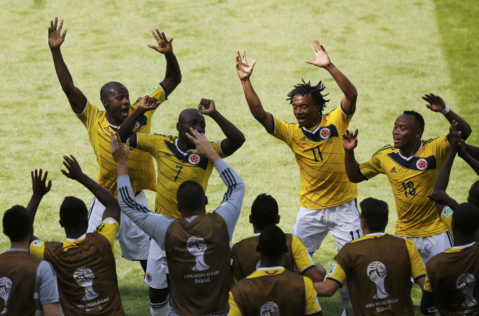 Colombia's Pablo Armero (7) celebrates with teammates after scoring a goal during their 2014 World Cup Group C soccer match against Greece at the Mineirao stadium in Belo Horizonte June 14, 2014.    REUTERS/Leonhard Foeger (BRAZIL  - Tags: SOCCER SPORT WORLD CUP)