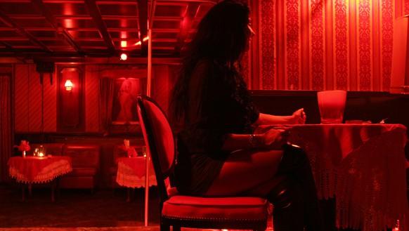 """Archivbild vom 11. Maerz 2008 zeigt eine Prostituierte im Bordell 'Luxor' in Hamburg St. Pauli. Nach 60 Jahren muss das aelteste Hamburger Bordell schliessen. Das """"Hotel Luxor"""" in der Strasse Grosse Freiheit soll wegen Kundenmangels in einem Monat verkauft werden. """"Wir verkaufen im April an einen Investor"""", sagte Bordellchefin Waltraud Mehrer laut """"Hamburger Morgenpost"""". Mit """"richtigem Sex"""" lasse sich im Hamburger Amuesierbezirk St. Pauli """"kein grosses Geld mehr machen"""".  Laut Mehrer hatte das Bordell die besten Zeiten in den 70er Jahren. """"In Spitzenzeiten arbeiteten hier zwoelf Frauen, heute sind es nur noch vier"""", sagte die Chefin, die seit 21 Jahren den Familienbetrieb fuehrt.  (AP Photo/str) **FILE** March 11, 2008 filer shows a prostitute in the  bordello ' Hotel Luxor' in Hamburg, Germany. The oldest bordello in Hamburg's red-light district is shutting down for lack of business, according to newspaper reports published Friday March 14, 2008.  The family-run Hotel Luxor, established in 1948, is being sold to an investor and will close down for good next month, madam Waltraud Mehrer said, according to the Hamburg Morgenpost and Bild newspapers.  She blamed the decline in business on easily available Internet porn, the rise of call-girl services, and """"noisy discos and dance clubs"""" on the same street as her business, the newspapers reported.  (AP Photo/str)"""