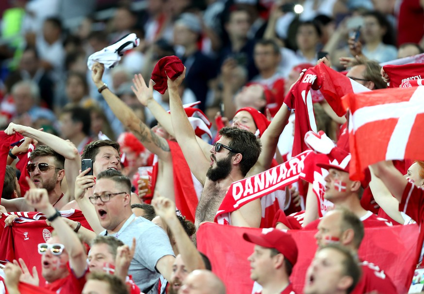 ARCHIVBILD ZUM GRUPPENGEGNER DER SCHWEIZ AN DER EM 2020 -- Fans of Denmark cheer for their team during the FIFA World Cup 2018 round of 16 soccer match between Croatia and Denmark in Nizhny Novgorod, Russia, 01 July 2018.....(RESTRICTIONS APPLY: Editorial Use Only, not used in association with any commercial entity - Images must not be used in any form of alert service or push service of any kind including via mobile alert services, downloads to mobile devices or MMS messaging - Images must appear as still images and must not emulate match action video footage - No alteration is made to, and no text or image is superimposed over, any published image which: (a) intentionally obscures or removes a sponsor identification image; or (b) adds or overlays the commercial identification of any third party which is not officially associated with the FIFA World Cup)  EPA/TOLGA BOZOGLU   EDITORIAL USE ONLY