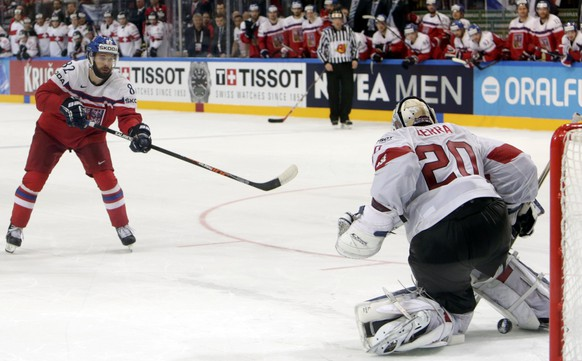 Michal Vondrka of the Czech Republic (L) scores his penalty against Switzerland's goaltender Reto Berra during their Ice Hockey World Championship game at the O2 arena in Prague, Czech Republic May 12, 2015.  REUTERS/David W Cerny