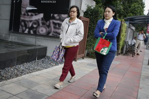 epa05124134 Thai women wearing long sleeves walk along a street in Bangkok, Thailand, 25 January 2016. Thailand as well as many regions in Asia are experiencing unusual cold weather as a cold wave from China continues to move south. Thai weather experts foresee further weather changes warning citizens to brace for a longer winter and for temperatures to keep dropping.  EPA/DIEGO AZUBEL