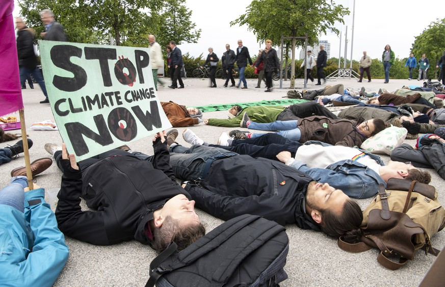 epaselect epa07574714 Demonstrators protest for more climate and environmental protection with a so-called 'die-in' at the Annual General Meeting of the automobile manufacturer BMW in Munich, Bavaria, Germany, 16 May 2019.  EPA/LUKAS BARTH-TUTTAS