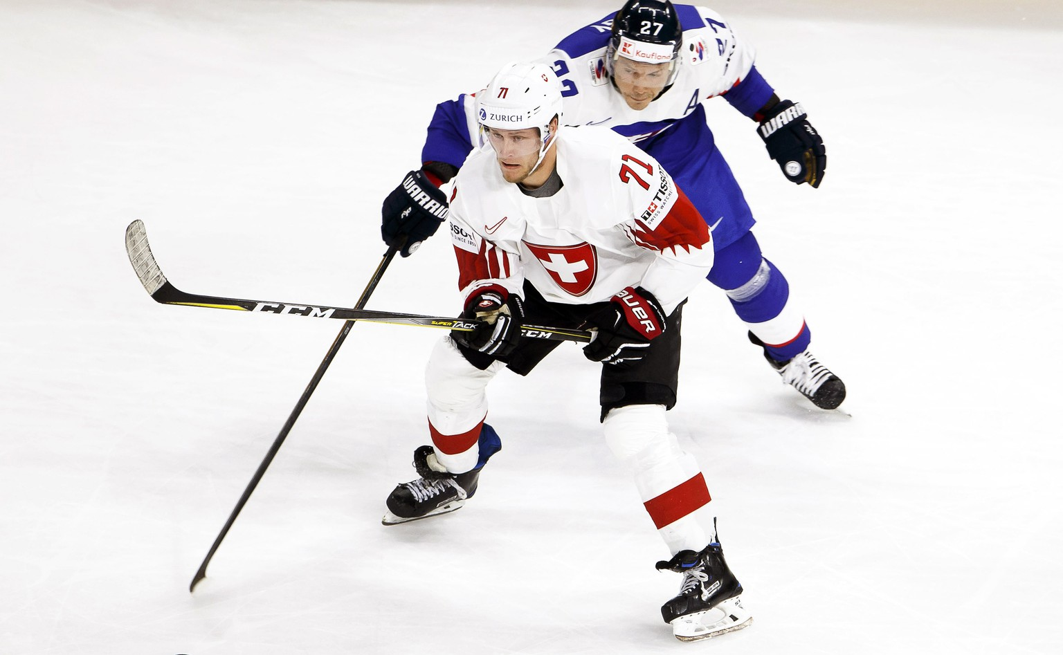 epa06715813 Switzerland's forward Enzo Corvi (front) in action against Slovakia's forward Ladislav Nagy (back) during the IIHF World Championship Group A ice hockey match between Slovakia and Switzerland at the Royal Arena in Copenhagen, Denmark, 06 May 2018.  EPA/SALVATORE DI NOLFI