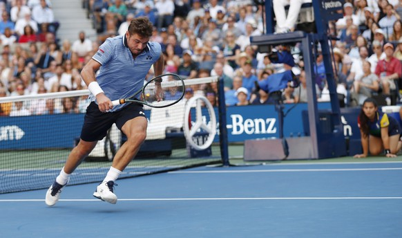 epa07815408 Stan Wawrinka of Switzerland turns to chase a lob from Daniil Medvedev of Russia during their quarter-finals round match on the ninth day of the US Open Tennis Championships the USTA National Tennis Center in Flushing Meadows, New York, USA, 03 September 2019. The US Open runs from 26 August through 08 September.  EPA/JOHN G. MABANGLO