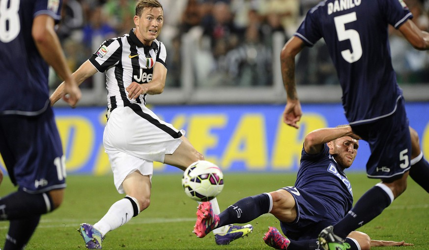 Juventus' Stephan Lichtsteiner (L) fights for the ball with Udinese's Silvan Widmer during their Italian Serie A soccer match at Juventus Stadium in Turin September 13, 2014. REUTERS/Giorgio Perottino (ITALY - Tags: SPORT SOCCER)