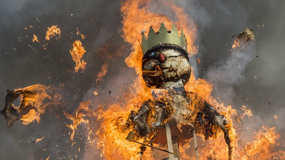 """Der Boeoegg brennt und explodiert teilweise, anlaesslich des traditionellen Sechselaeutens am Montag, 13. April 2015, in Zuerich. (KEYSTONE/Ennio Leanza)   The head of the """"Boeoegg"""" burns on the Sechselaeuten place in Zurich, Switzerland, pictured on April 13, 2015. The Sechselaeuten (ringing of the six o'clock bells) is a traditional end of winter festival with a parade of guilds in historical uniforms on horseback and the burning of the Boeoegg, a symbolic snowman, at 6 pm. The faster the Boeoegg explodes, the hotter the summer will be according to traditional weather rules. (KEYSTONE/Ennio Leanza)"""