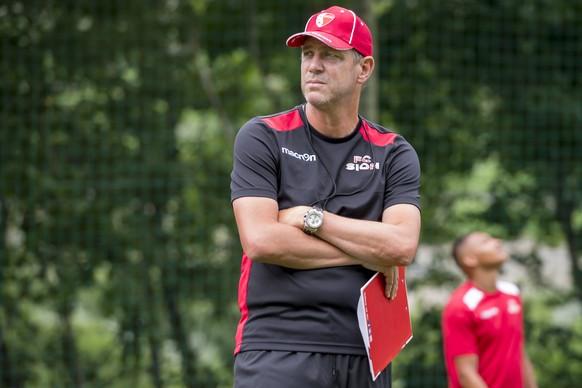 L?entraineur du FC Sion Stephane Henchoz reagit lors d?un entrainement apres une conference de presse du FC Sion ce jeudi 4 juillet 2019 a Martigny. (KEYSTONE/Jean-Christophe Bott)