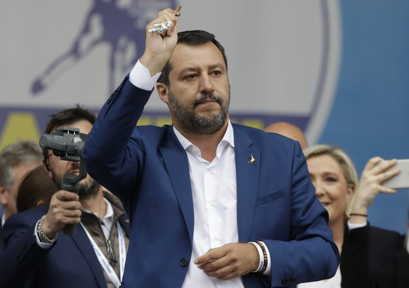 Italy European Elections Populists Matteo holds a rosary as he gives his speech during a rally organized by League leader Matteo Salvini, with leaders of other European nationalist parties, ahead of the May 23-26 European Parliamentary elections, in Milan, Italy, Saturday, May 18, 2019. (AP Photo/Luca Bruno)