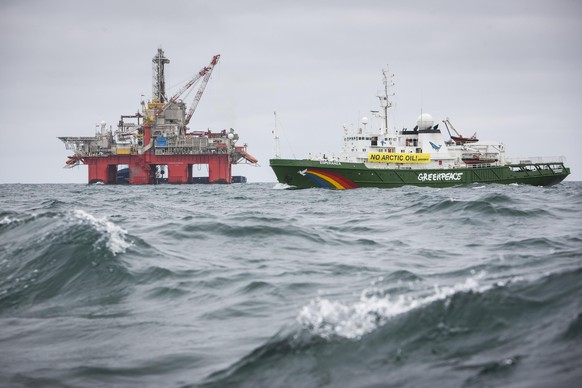 An undated handout photo shows Greenpeace ship Esperanza sailing past Transocean Spitsbergen oil rig on the Norwegian Arctic. Activists from environmental group Greenpeace have climbed aboard the oil drilling rig in the Norwegian Arctic on May 27, 2014 trying to stop Statoil's exploration plans in one of the world's northernmost prospects, the group said on Tuesday. REUTERS/Greenpeace handout (NORWAY - Tags: ENVIRONMENT ENERGY CIVIL UNREST) 