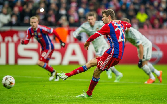 epa04523716 Munich's Thomas Mueller scores the 1-0 goal during the UEFA Champions League group E soccer match between Bayern Munich and CSKA Moscow, in Munich, Germany, 10 December 2014.  EPA/MARC MUELLER
