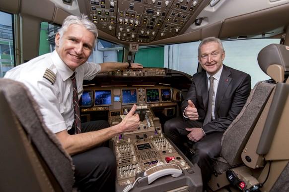 Der neue CEO der Swiss Thomas Kluehr, rechts, und Captain Andreas Boner, links, am Steuer der Boeing 777-300ER in einem Hangar im Flughafen Zuerich KIoten am Freitag 29. Januar 2016. (KEYSTONE/NICK SOLAND)