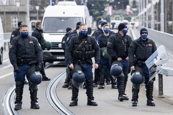 Polizisten sperren die Kirchenfeldbruecke anlaesslich einer Demonstration gegen die verordneten Corona Schutzmassnahmen, am Samstag, 20. Maerz 2021, in Bern. (KEYSTONE/Peter Schneider)