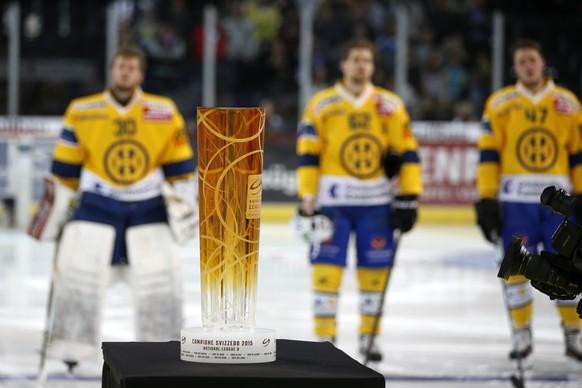 Der Pokal steht bereit vor dem Playoff-Finalspiel der National League A zwischen den ZSC Lions und dem HC Davos am Samstag, 11. April 2015, im Hallenstadion in Zuerich. (KEYSTONE/Patrick B. Kraemer)