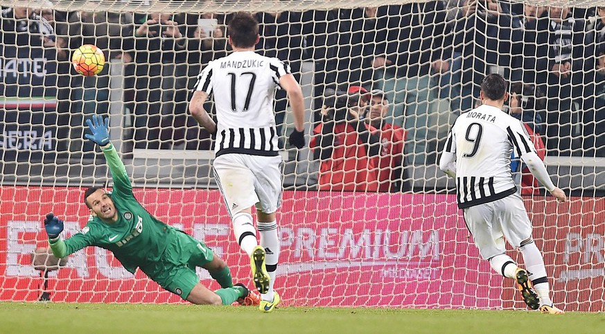epa05130069 Juventus' forward Alvaro Morata scores the goal (1-0) on penalty during the Italy Cup first leg semifinal soccer match Juventus Fc vs Fc Internazionale at Olimpico stadium in Turin, Italy, 27 January 2016.  EPA/ALESSANDRO DI MARCO