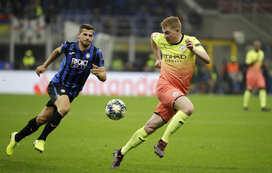 Manchester City's Kevin De Bruyne, right, challenges for the ball with Atalanta's Remo Freuler during the Champions League group C soccer match between Atalanta and Manchester City at the San Siro stadium in Milan, Italy, Wednesday, Nov. 6, 2019. (AP Photo/Luca Bruno)