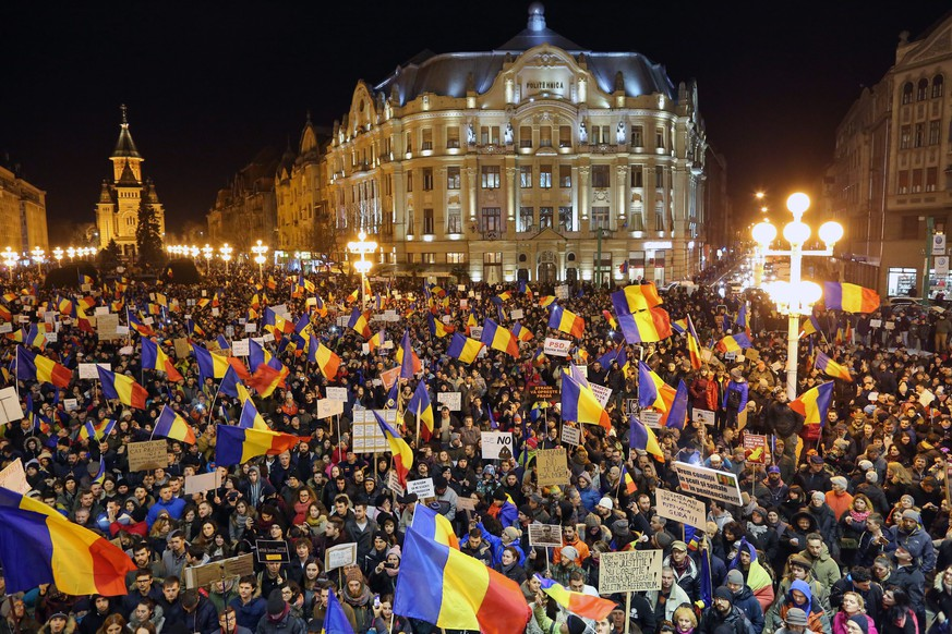 epa05771620 People shout anti-government slogans during a protest rally in Timisoara, Romania, 04 February 2017. Following mass protests, Romania's government on 04 February 2017 announced to withdraw the disputed bill passed late 31 January as a government ordinance to pardon those sentenced to jail terms shorter than five years.  EPA/SEBASTIAN TATARU