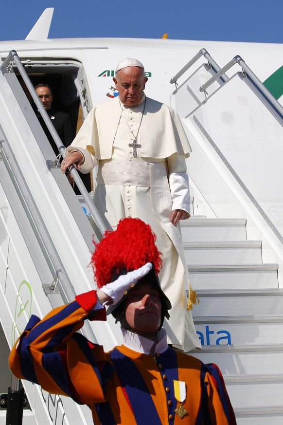 epa06826627 Pope Francis upon his arrival at Geneva Airport for a one-day visit at the invitation of the World Council of Churches (WWC) Geneva Airport, Switzerland, 21 June 2018. Pope Francis is visiting the World Council of Churches (WCC) in Geneva on 21 June as the centrepiece of the ecumenical commemoration of the WCC's 70th anniversary.  EPA/TONY GENTILE / POOL