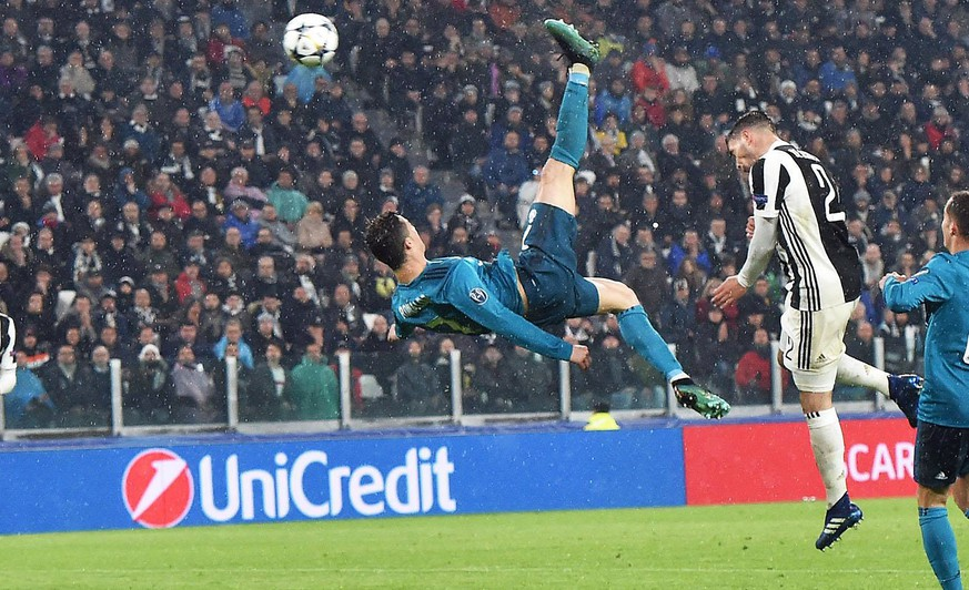 epa06644064 Real Madrid's Cristiano Ronaldo (C) scores the 2-0 goal during the UEFA Champions League quarter final first leg soccer match between Juventus FC vs Real Madrid CF at Allianz stadium in Turin, Italy, 03 April 2018.  EPA/ANDREA DI MARCO