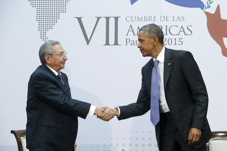 U.S. President Barack Obama shakes hands with Cuba's President Raul Castro as they hold a bilateral meeting during the Summit of the Americas in Panama City April 11, 2015. Obama and Castro shook hands on Friday at the summit, a symbolically charged gesture as the pair seek to restore ties between the Cold War foes. REUTERS/Jonathan Ernst      TPX IMAGES OF THE DAY