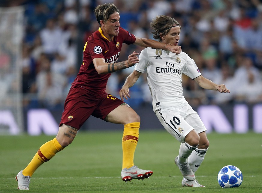 Real midfielder Luka Modric, right, duels for the ball with Roma midfielder Nicolo' Zaniolo during a Group G Champions League soccer match between Real Madrid and Roma at the Santiago Bernabeu stadium in Madrid, Spain, Wednesday Sept. 19, 2018. (AP Photo/Manu Fernandez)